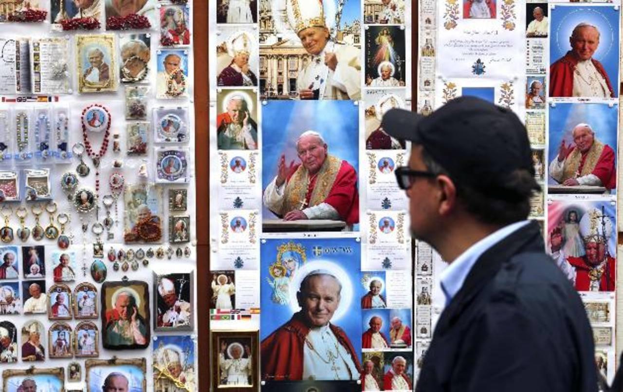 Monseñor José Elías Rauda, Obispo de San Vicente.Miles de peregrinos comienzan a llegar a el Vaticano, en donde los recuerdos no faltan. Foto EDHTrabajadores afinan detalles en la Plaza San Pedro, en donde se instalarán pantallas gigantes.Los fotógra