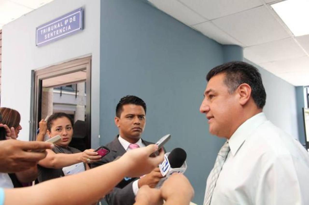 Óscar Lara, abogado de Adolfo Salume, acudió hoy al tribunal para enterarse de la notificación.