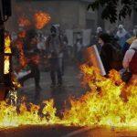 Manifestantes se enfrentan a la Guardia Bolivariana durante las protestas ayer en Caracas. Foto edh / reuters