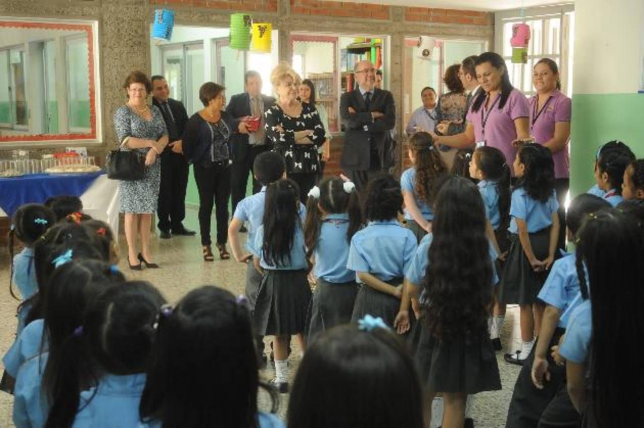 Allison Stone, representante de Zemurray Foundation; doña Felicidad Salazar-Simpson y el embajador de España, Francisco Ravena, saludaron a los alumnos y realizaron un recorrido por las instalaciones. fotos edh / lissette monterrosa