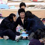 Familiares esperan en un gimnasio recibir noticias sobre sus familiares desaparecidos. Foto EFE