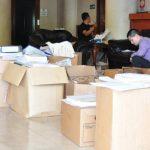 Fiscales revisan documentos en uno de los hoteles que fueron allanados el lunes anterior. Foto EDH / Cortesía