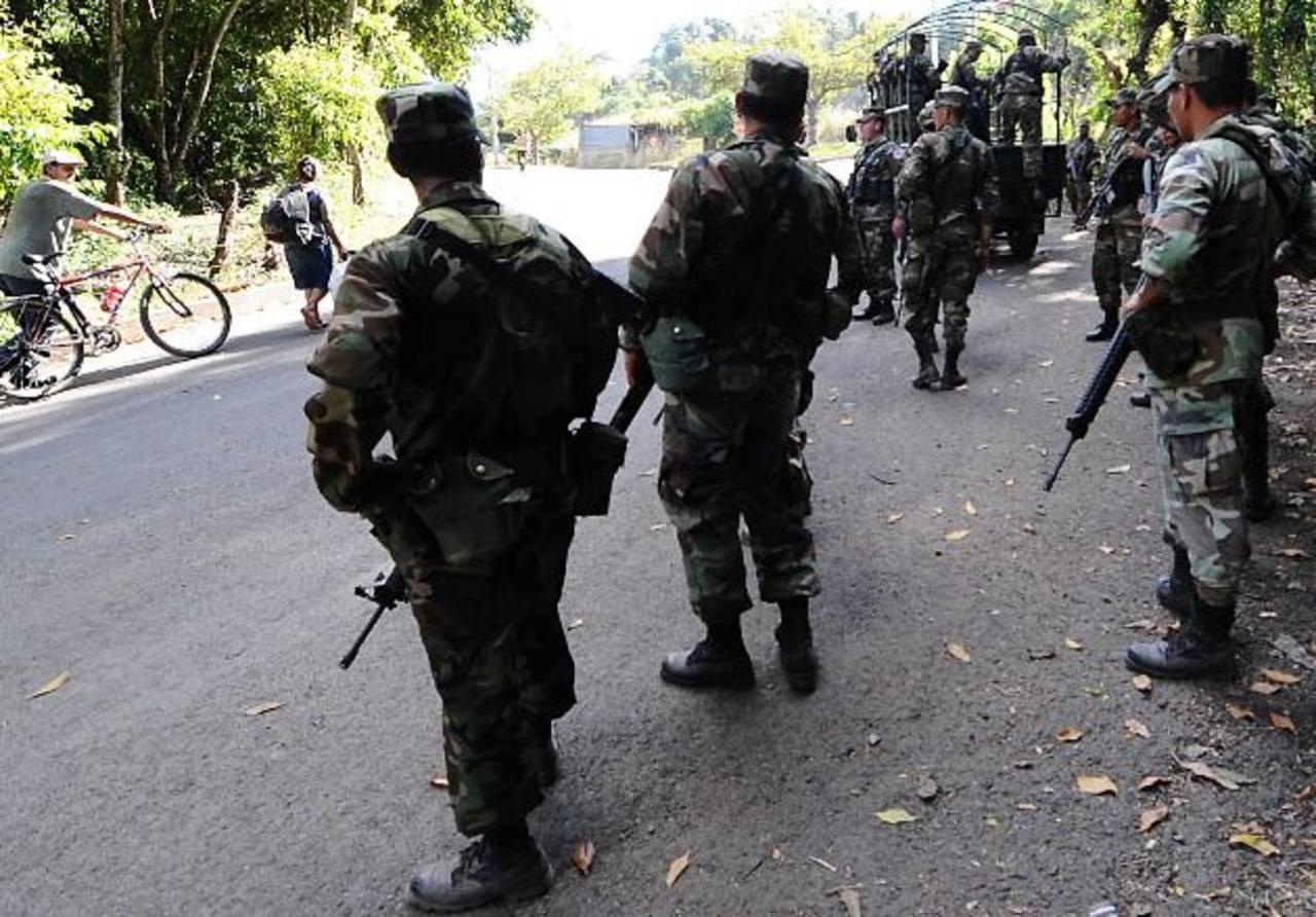 Luego del hallazgo del cadáver en las s orillas de la carretera a Sonsonate, soldados rastrearon la zona. Foto EDH / Archivo