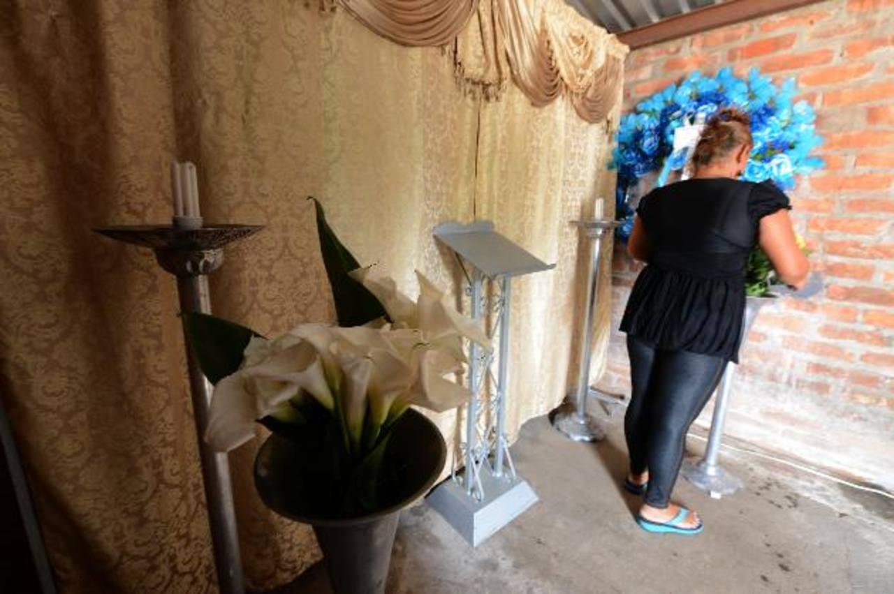 Parientes preparan el lugar donde velarán al menor en Nejapa. Foto EDH / Jaime Anaya.