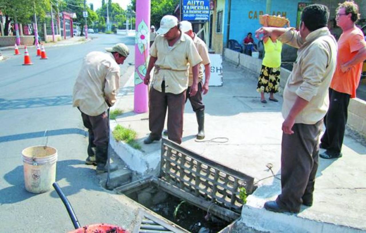 Empleados de las áreas de mantenimiento, ornado y aseo público están encargados de la limpieza. foto edh/ CORTESÍA