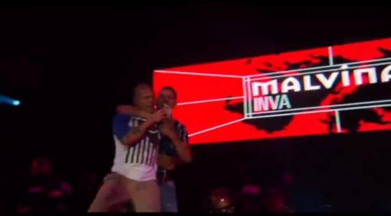 Video: Residente de Calle 13 brinda con fan... tras golpearlo en escenario