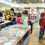Los visitantes tuvieron a la mano una vasta selección de libros nacionales. Foto EDH/ archivo