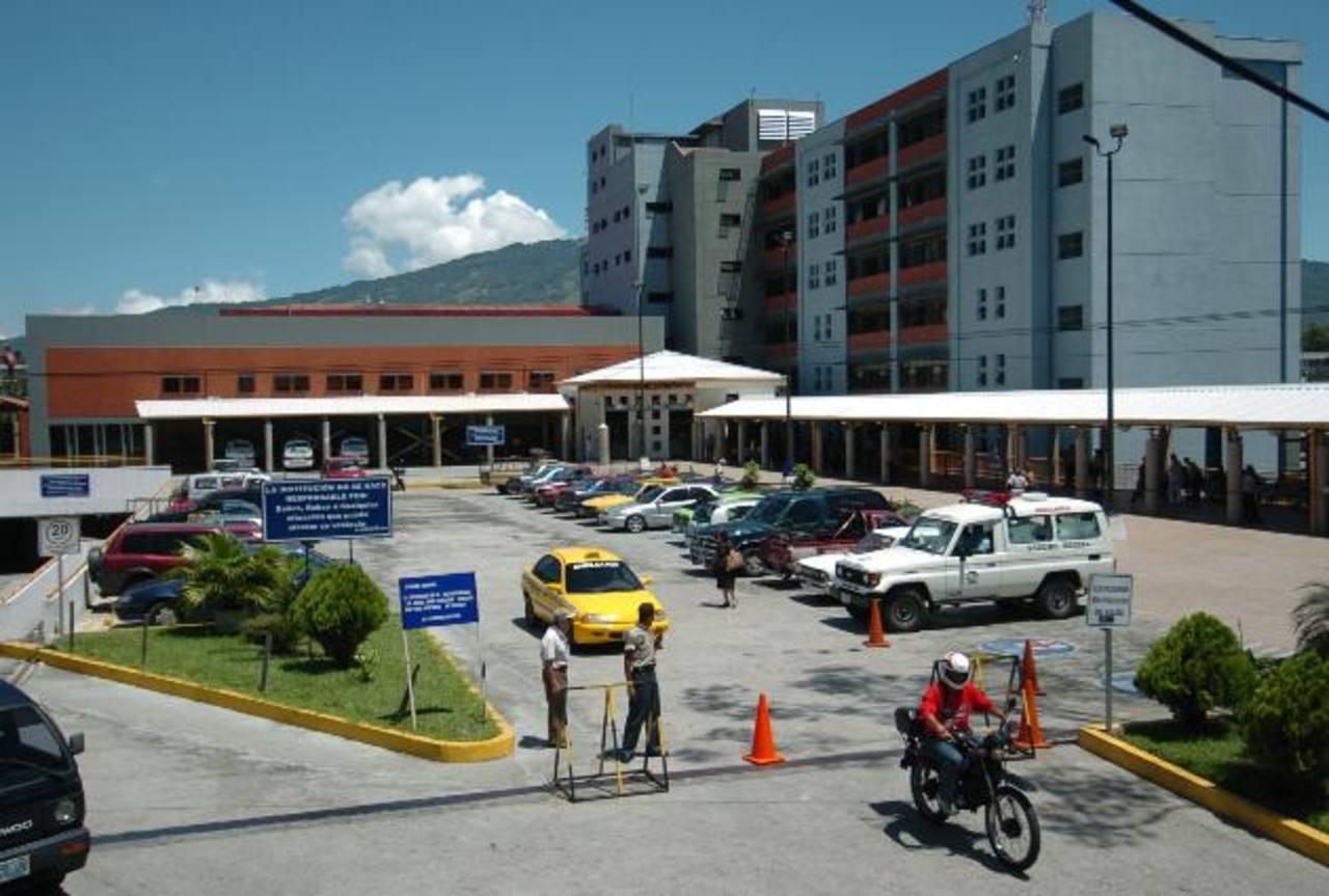 Trabajadores de la institución aseguran que sí hay falta de medicamentos . Foto EDH /archivo