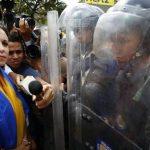 Guardias nacionales impiden que la diputada María Corina Machado llegue a la Asamblea. foto edh / reuters