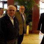 El dirigente opositor venezolano, Ramón Guillermo Aveledo, de la Mesa de Unidad Democrática (saco café), llega a un hotel para sostener una reunión con los cancilleres de la Unasur. foto EDH / EFE