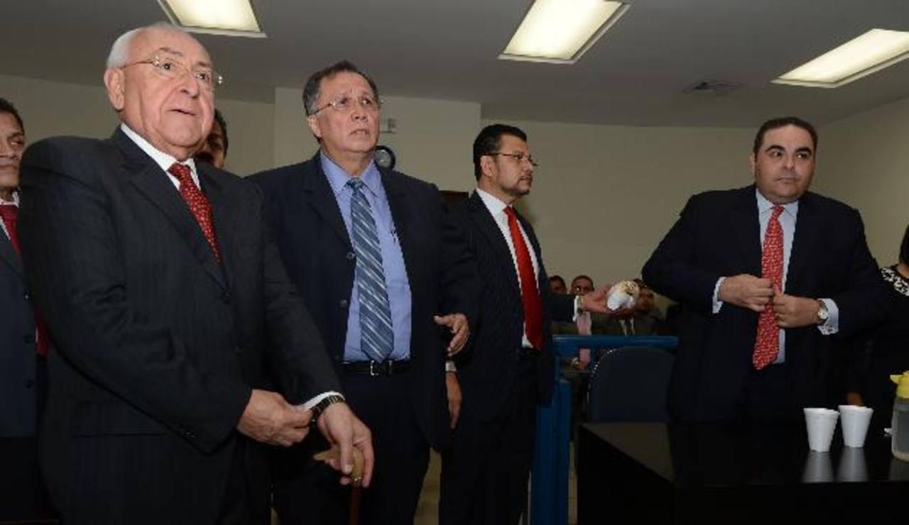 El dirigente de ARENA, Hugo Barrera, y el expresidente Antonio Saca se prestan a escuchar el fallo judicial que le favoreció al primero al liberarlo de cargos. Foto EDH / Mauricio Cáceres
