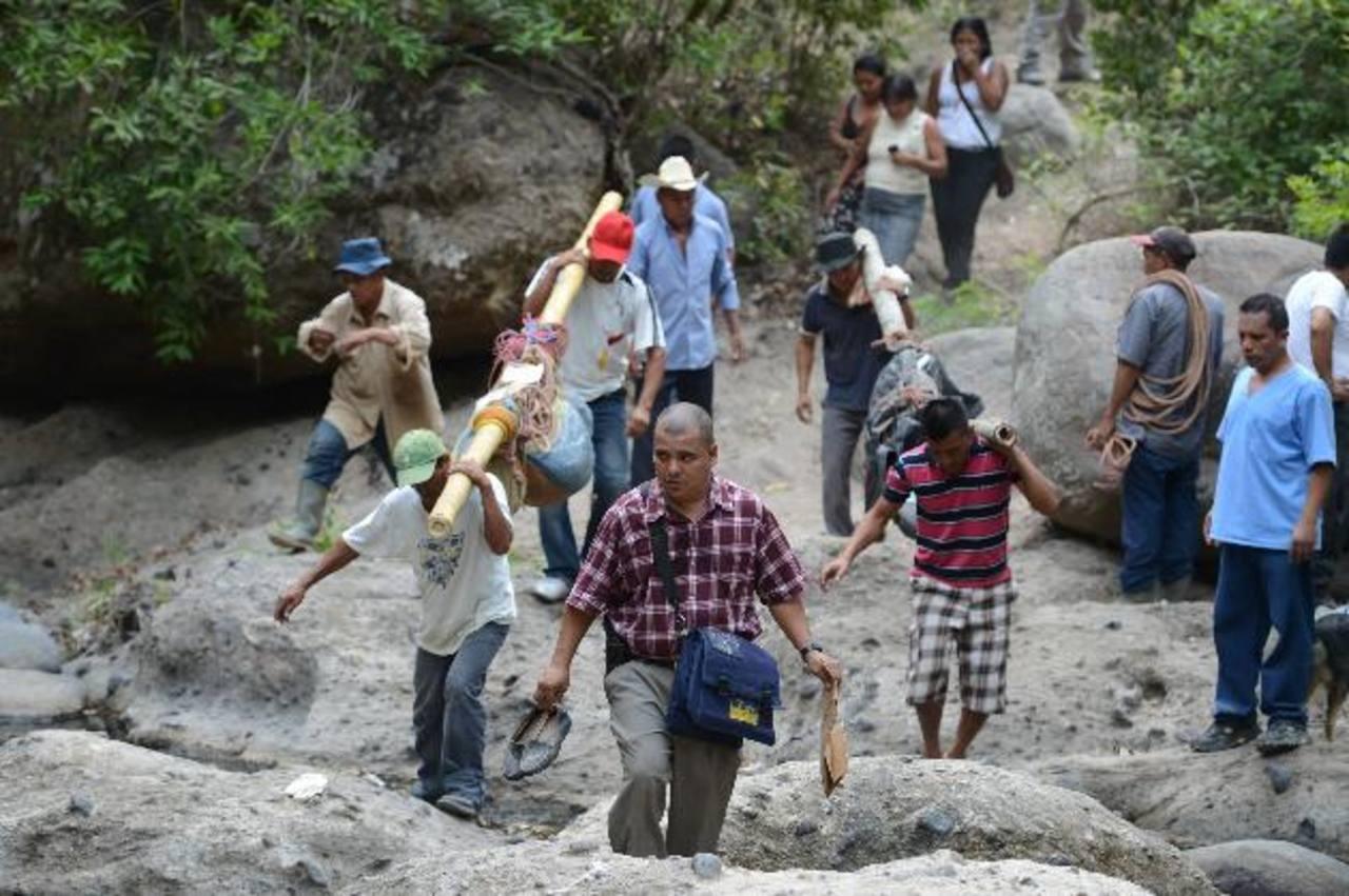 Varios lugareños y vecinos ayudaron a las autoridades a recuperar los cadáveres de padre e hijo del río Misapa, en el cantón Soledad, Monte San Juan, Cuscatlán. Foto EDH / Mauricio Cáceres