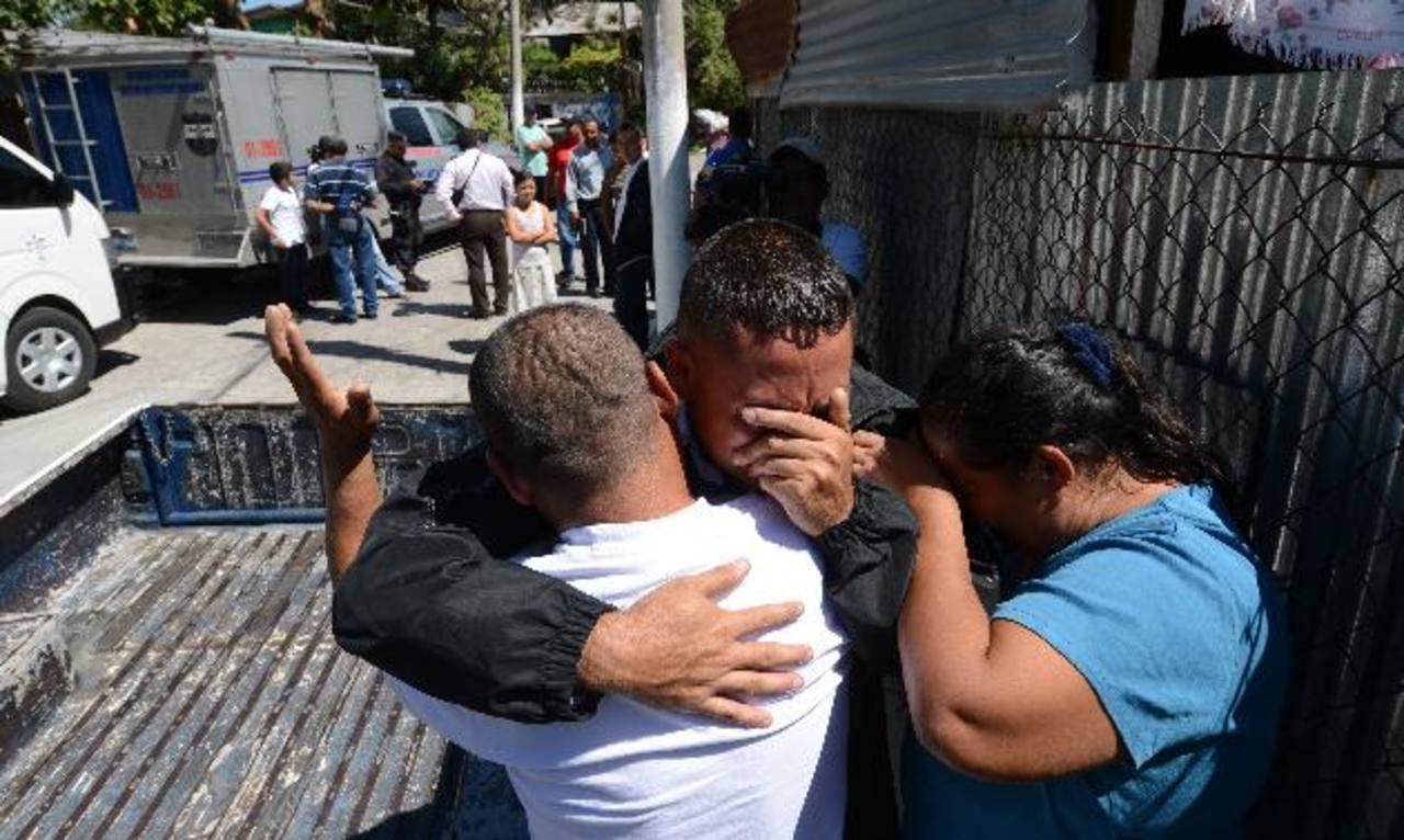 Familiares lloran, impotentes ante el asesinato de Ileana Marisol Soriano, de 34 años, en la comunidad Nueva Trinidad, en el municipio de Ilopango. Foto EDH / Jaime Anaya