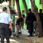 Autoridades levantan el cadáver del empleado judicial en Santa Ana. Foto EDH / Mauricio Guevara.