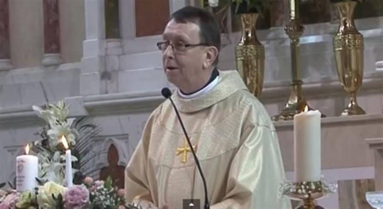 Sacerdote sorprende en una boda con su maravillosa voz