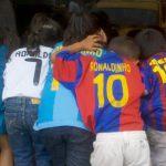 En el escaparate de una venta de hamburguesas fueron captados estos niños fanáticos de dos equipos españoles.