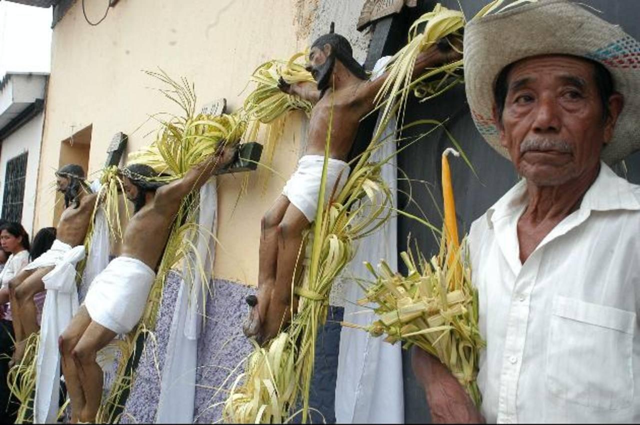 La procesión de los Cristos, en Izalco, es una de las más reconocidas a nivel nacional, por la duración en su recorrido, que alcanza las 16 horas. Foto EDH / Archivo