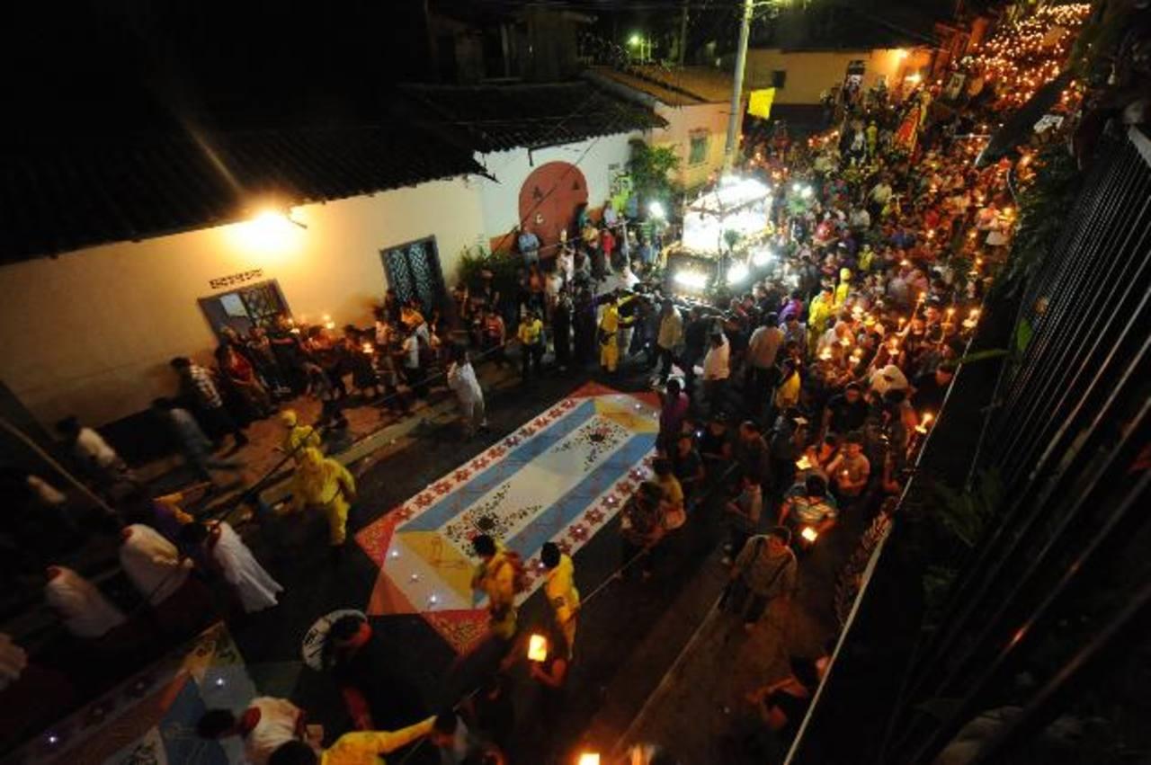 Cuando la procesión del Santo Entierro pasa sobre esta obra, es el momento de mayor satisfacción y solemnidad para sus creadores. fotos edh / lissette monterrosa