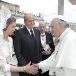Su Santidad Francisco (der.) saluda a los reyes de España, Sofía y Carlos, tras la misa de canonización. Foto EDH/ REUTERS.