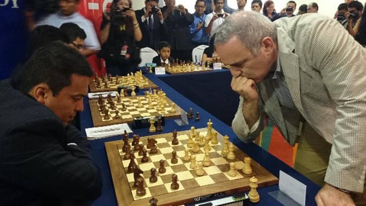Kasparov, en una simultánea contra seis. Lemnys Arias (izq.) le dio batalla. foto EDH / m. castro
