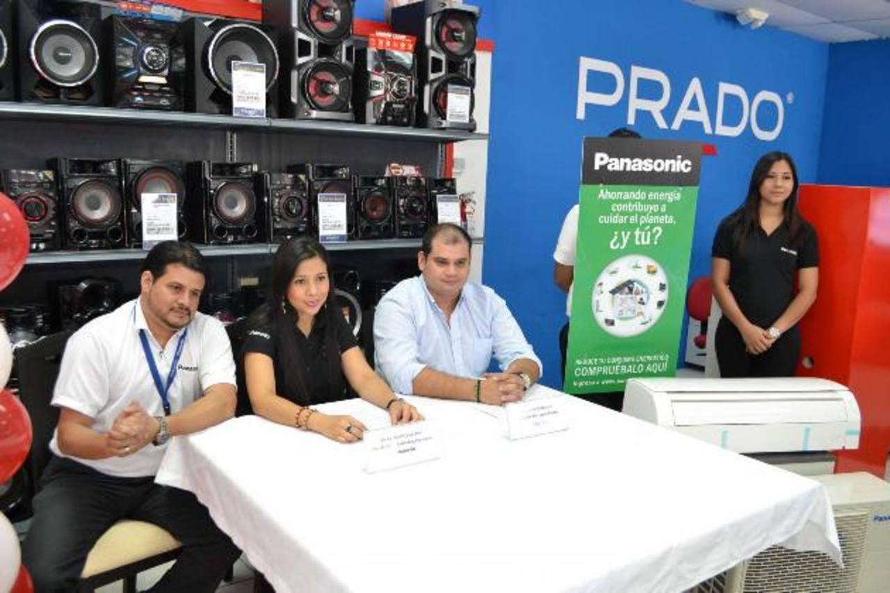 Juan Carlos Sanglas y Martha Lozano, de Panasonic, con Luis Valladares, de Prado. Foto EDH / Mario Díaz