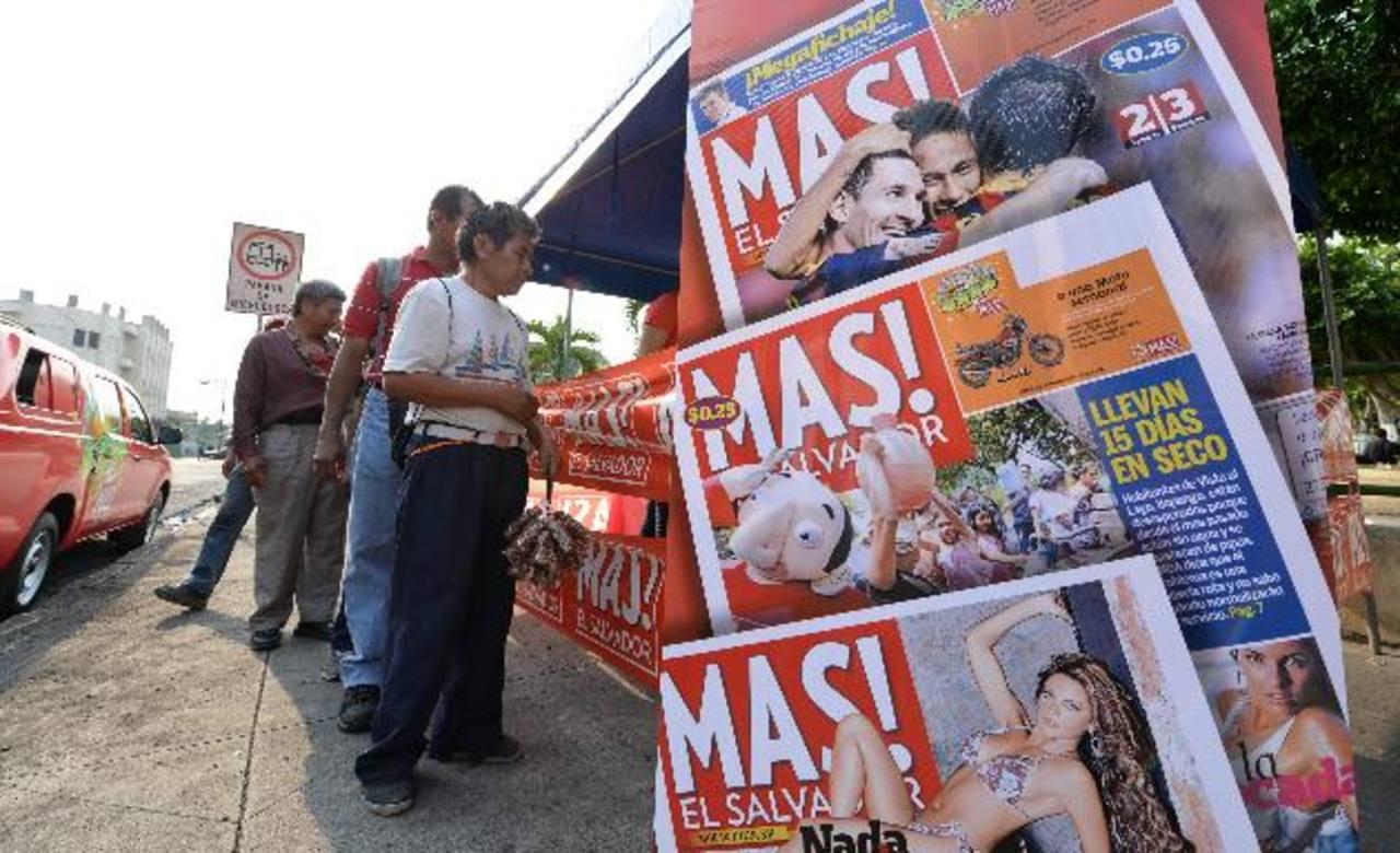 La preferencia de los salvadoreños ha convertido al MAS! en el número uno de los diarios populares. Lectores compran su ejemplar en el parque Libertad.