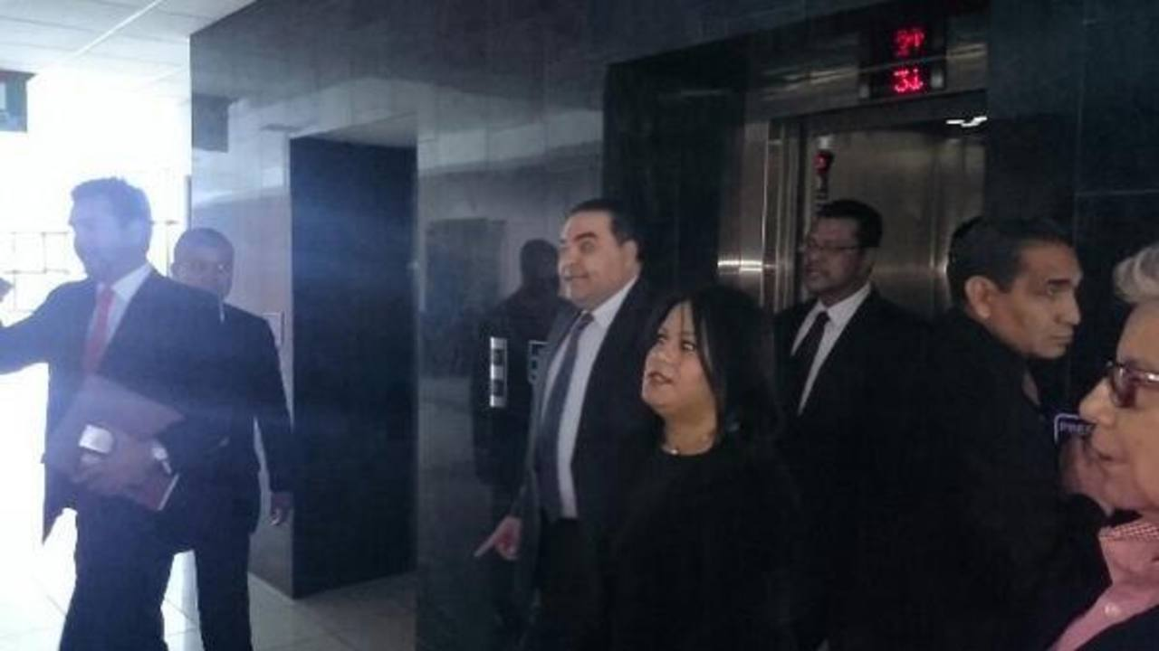Antonio Saca al momento de llegar a la sala de jurado en el Centro Judicial Isidro Menéndez, lo acompaña su abogado Manuel Chacón Castillo.