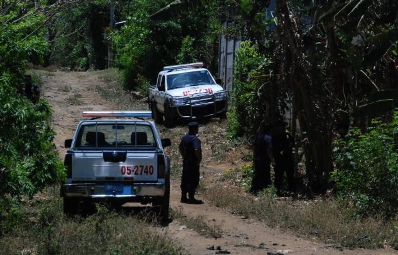 Varias patrullas llegaron para apoyar en la búsqueda de los atacantes de dos agentes en la zona de la colonia Santa Gema I, en Santiago de María, Usulután. El ataque es el quinto que se registra en ese departamento contra elementos policiales en lo q