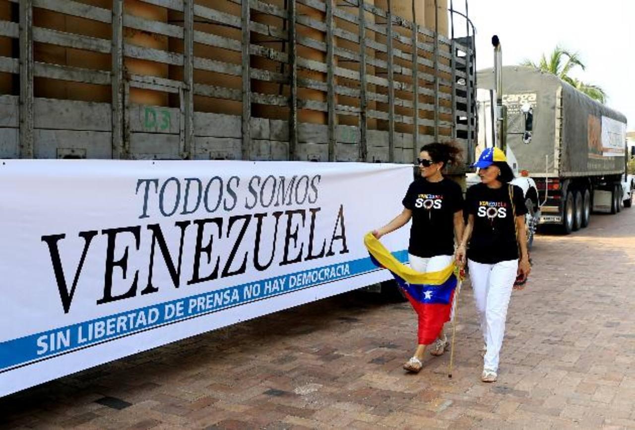 Uno de los dos camiones cargados con papel periódico que diarios colombianos enviaron a sus colegas venezolanos. Foto edh / efe
