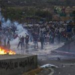 Opositores al régimen de Nicolás Maduro se enfrentan a miembros de la Policía Nacional Bolivariana (PNB). foto edh / efe