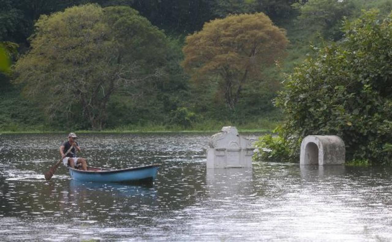 Un camposanto bajo las aguas de la presa del Cerrón Grande