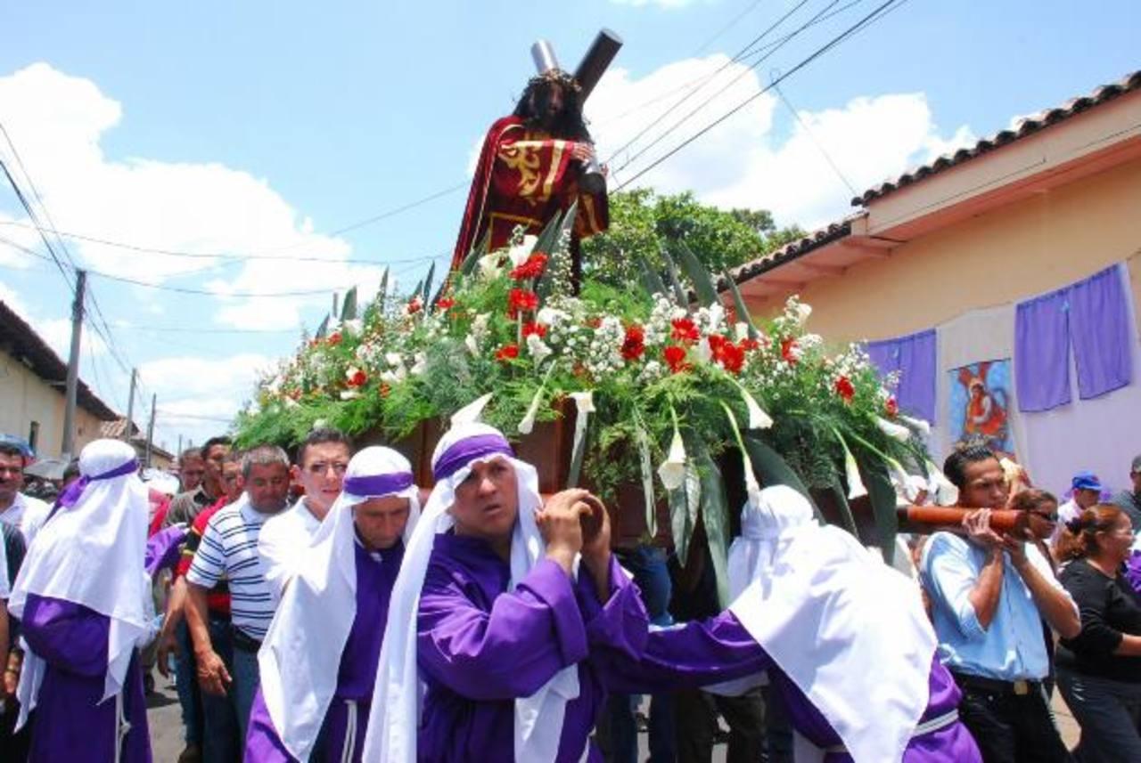 Pocas personas se percatan de las tareas de limpieza que se realizan a las diferentes imágenes antes de empezar las procesiones que recuerdan la pasión y muerte de Jesús. foto edh