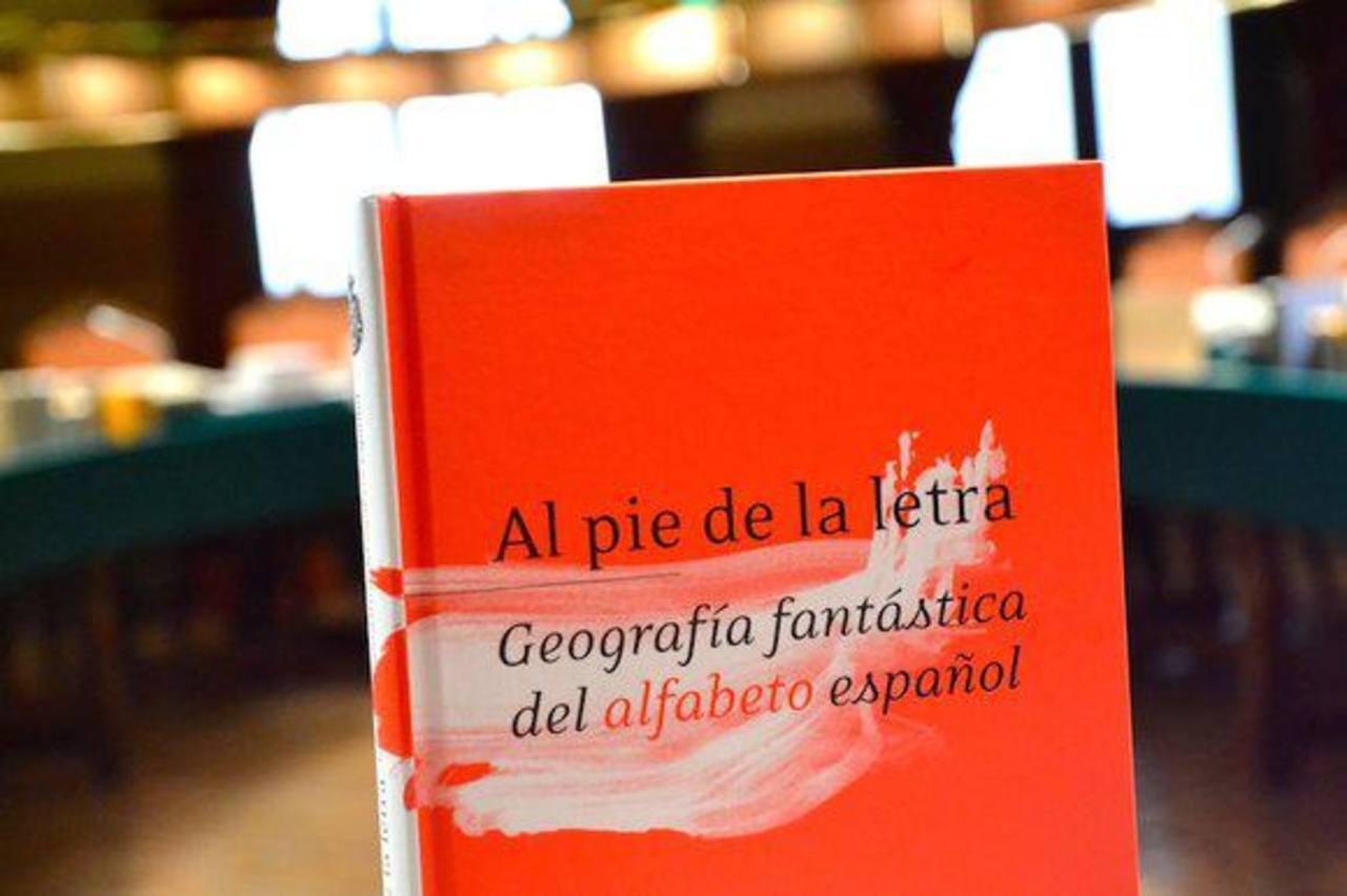 El libro contiene 67 testimonios de académicos de la Real Academia de la Lengua Española. Foto EDH/