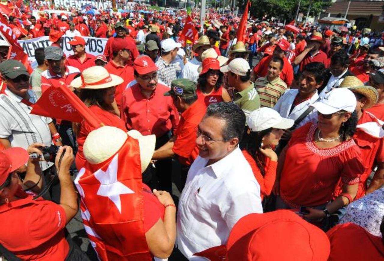 La dirigencia y funcionarios del partido FMLN han acompañado en años anteriores las marchas de los obreros y gremiales sindicales. Foto EDH /archivo