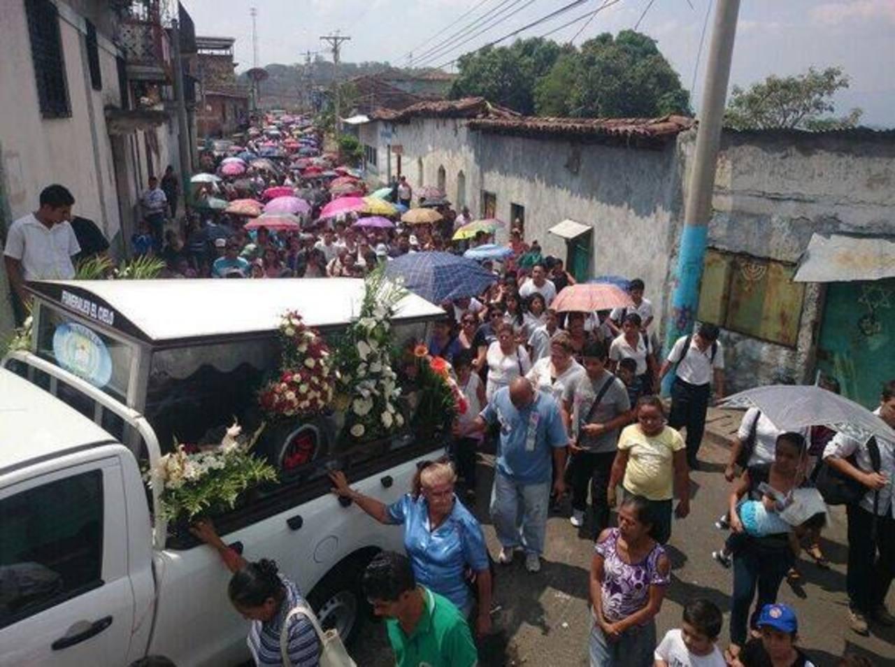 Masiva afluencia en Ciudad Arce durante sepelio de profesor y exfutbolista, José Aquiles Choto. Foto vía Twitter Douglas Urquilla