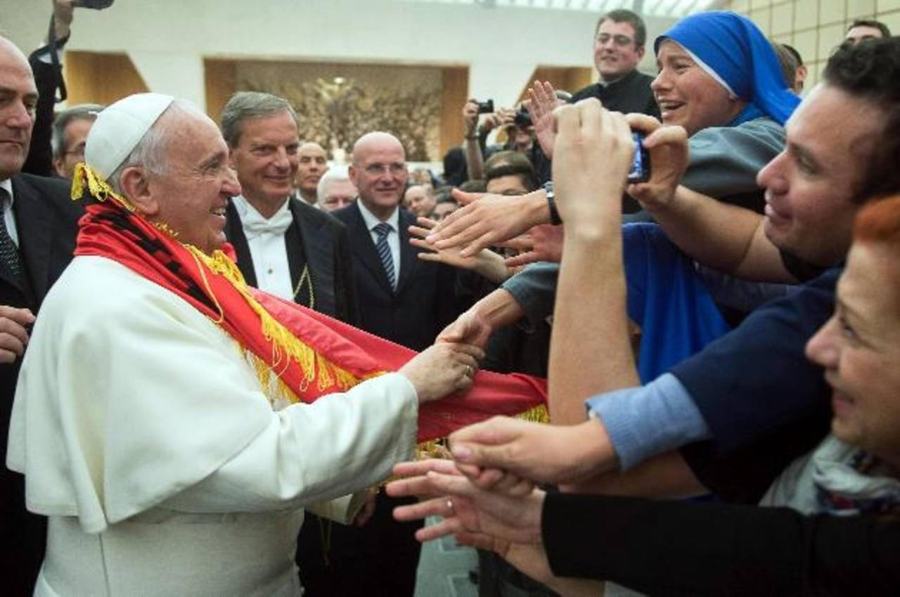 Imagen cedida por el diario vaticano L'Osservatore Romano que muestra al papa Francisco saludando a algunos miembros de la Pontificia Universidad Gregoriana.