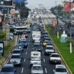 La circulación vehicular de los bulevares ex-Diego de Holguín y Los Próceres fue un caos, ayer, por las obras que el Fovial realiza en la carretera Panamericana . Foto edh/Marlon Hernández