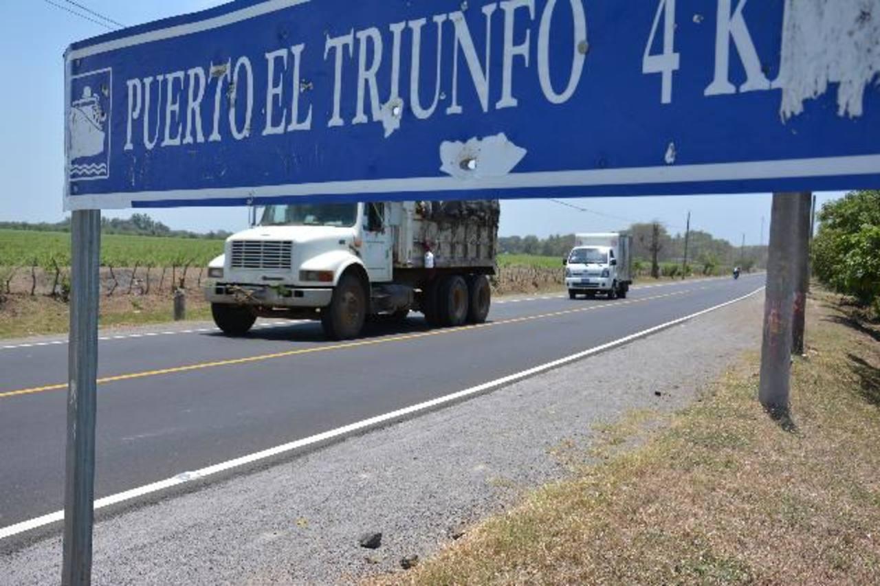Son 1.4 kilómetros de carretera los que fueron construidos en su totalidad, tras años de deterioro y abandono de las autoridades del Ministerio de Obras Públicas y del Fovial, según los residentes en la localidad y usuarios de la carretera. foto edh