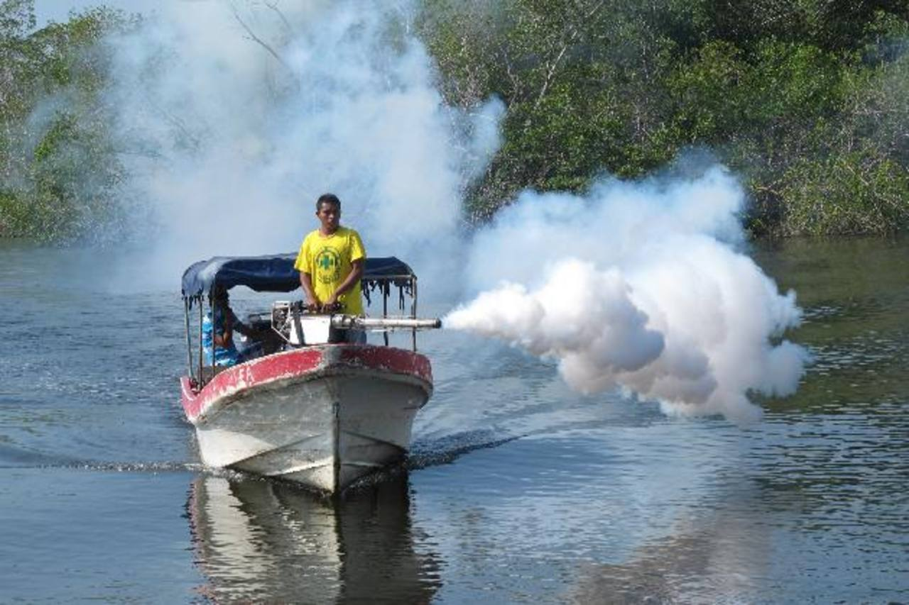 Comandos de Salvamento realizaron una campaña de fumigación en San Luis la Herradura, La Paz. Foto EDH / comandos
