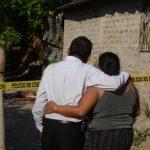 Parientes de Josué Cantón, de 30 años, observan la zona donde lo mataron, cerca de un río en Nejapa. Foto EDH / D. Urquilla