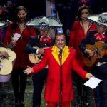 """Juan Gabriel canta en el homenaje a Roberto Gómez Bolaños """"Chespirito"""", en el Auditorio Nacional de la Ciudad de México, el 29 de febrero de 2012."""