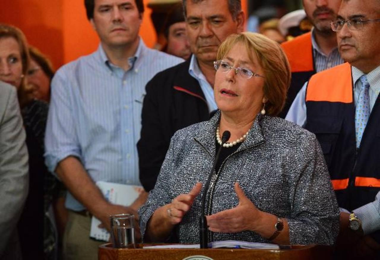 La Presidenta de Chile, Michelle Bachelet, luego de reunirse con el Comité de Emergencia. Foto EFE