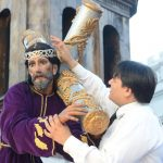 En el Santo Entierro, él y los miembros de la asociación usan una túnica negra y el respectivo cucurucho.