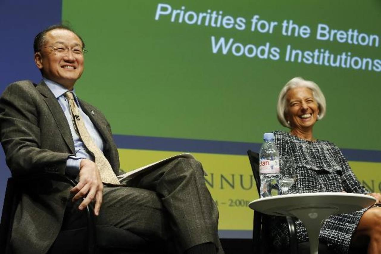 El presidente del Banco Mundial, Jim Yong Kim, y la directora gerente del FMI, Christine Lagarde, hablan hoy, durante la reunión anual del Comité de Bretton Woods, en Washington DC.