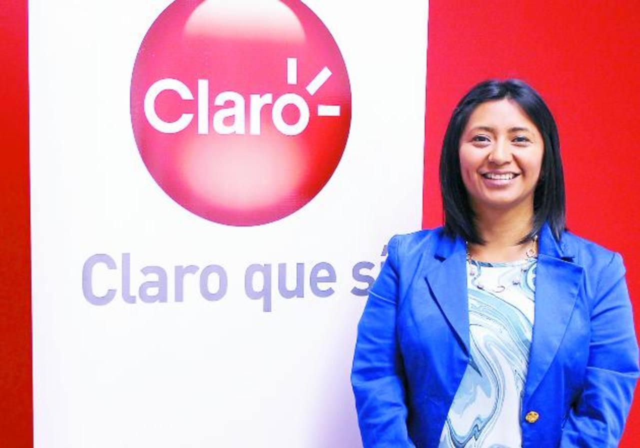 Carla Díaz, gerente de mercadeo de Claro El Salvador, habló de los servicios. Fotos EDH