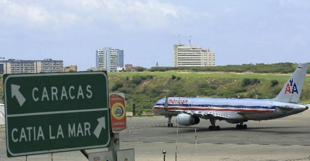 Un avión aterriza en el aeropuerto de Maiquetia, en Caracas. En los últimos meses, Air Canada se retiró de Venezuela argumentando razones de seguridad, y la semana pasada Alitalia suspendió sus vuelos a Caracas por cinco meses.