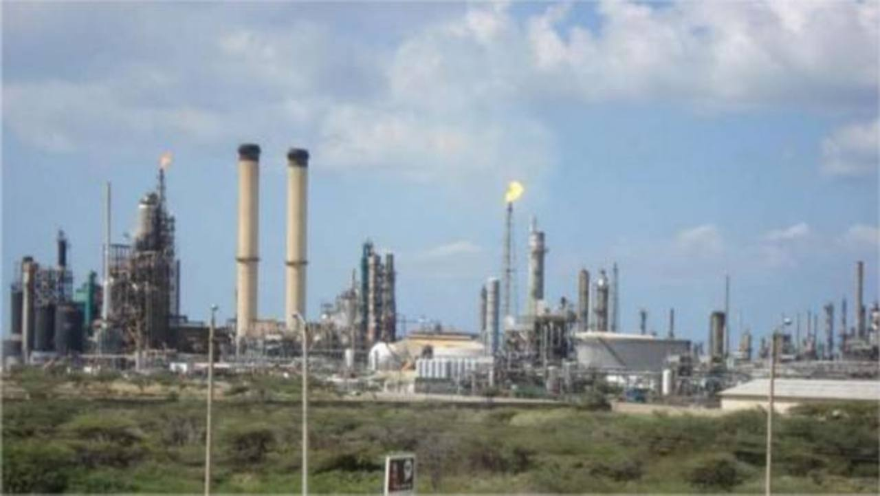 Junto a la refinería vecina Cardón, Amuay constituye el Complejo Refinador Paraguaná (CRP), el segundo mayor del mundo con capacidad para procesar 955,000 bpd.