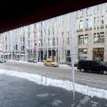 Barras de hielo penden de un techo en Nueva York en febrero pasado. El duro invierno ha golpeado la economía de EE.UU.