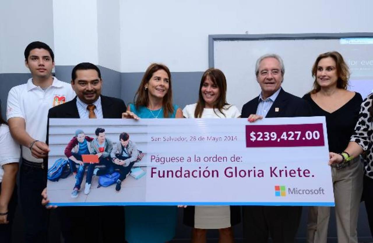 Representantes de la Fundación y Microsoft durante la entrega. Foto EDH / Omar Carbonero.