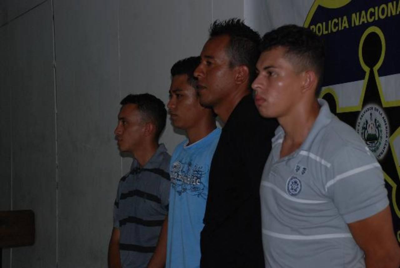 Se presume que los capturados se dedicaban también a extorsionar en la zona urbana de Chinameca . FOTO EDH / Lucinda QuintanillaAutoridades procesan la escena del tiroteo donde murió un pandillero en la colonia Amatepec. Foto EDHAllegados de Crisanto